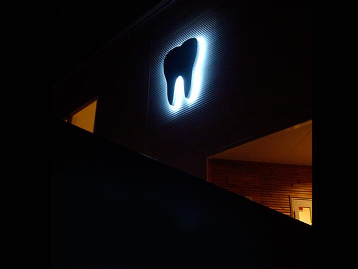 歯科医院 プレミアムLEDバックライト 施工実績1